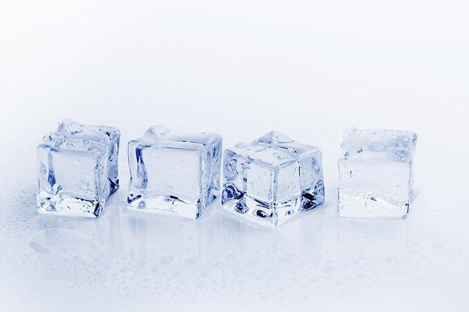 El hielo es un gran aliado para combatir los puntos negros y espinillas