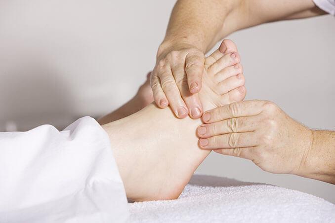 Presionar las zonas reflejas en la planta de los pies tiene efectos positivos sobre el cuerpo - El Círculo de la Belleza